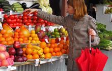Женщина выбирает овощи