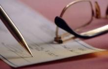 Ручка подписывает документ