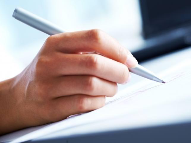 Рука пишет на бумаге