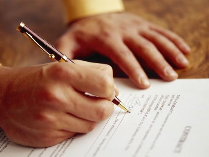 Рука заполняет документ