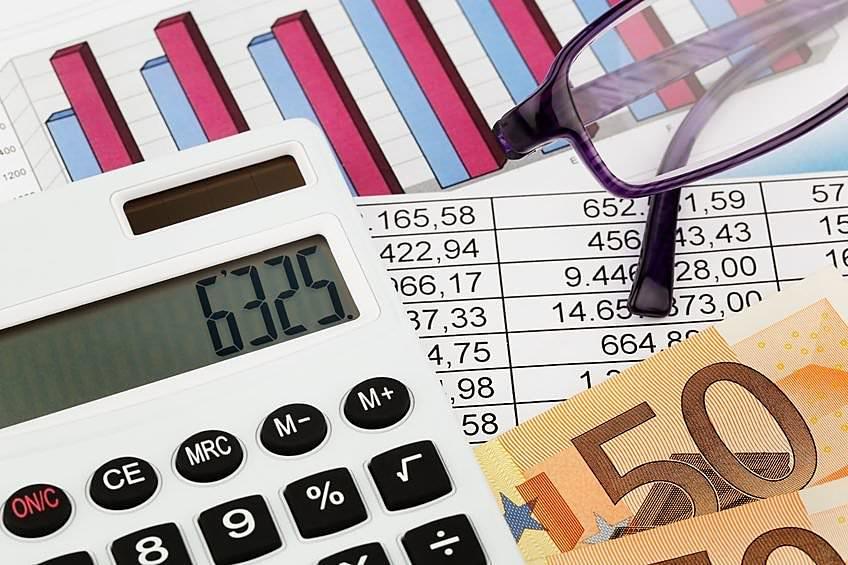 Калькулятор, деньги и документы