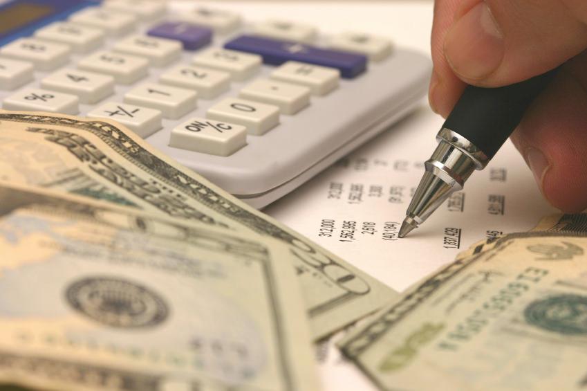 Деньги, калькулятор и бумаги
