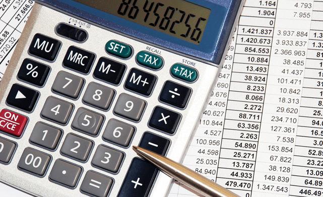 Калькулятор, ручка и счета