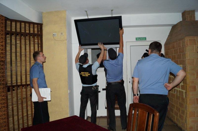 Судебные приставы забирают телевизор