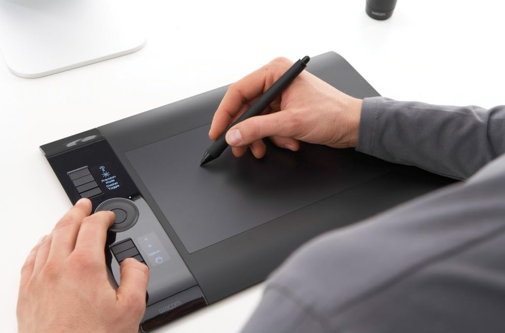 Мужчина ставит роспись на планшете