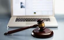 Ноутбук и судейский молот