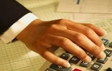 Рука девушки и калькулятор